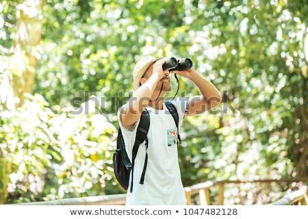 Toeristen man verrekijker naar iets bos Stockfoto © Lopolo