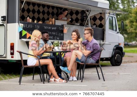 счастливым друзей котелок с выпуклым днищем Burger продовольствие грузовика Сток-фото © dolgachov