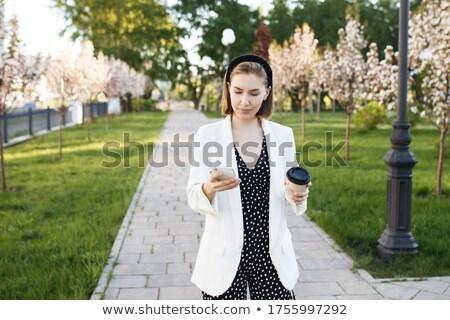 Dziewczyna smartphone spaceru sam lata parku Zdjęcia stock © robuart