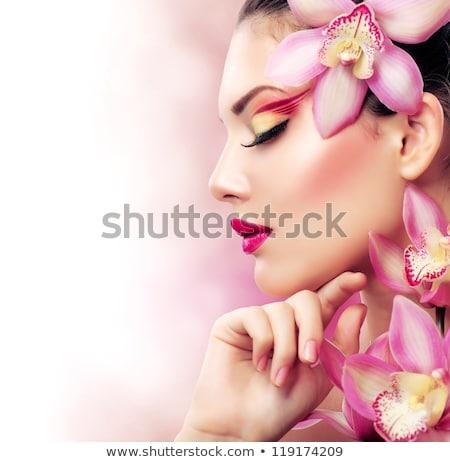mujer · sonriente · orquídeas · flor · hombro · primer · plano · Foto - foto stock © pilgrimego