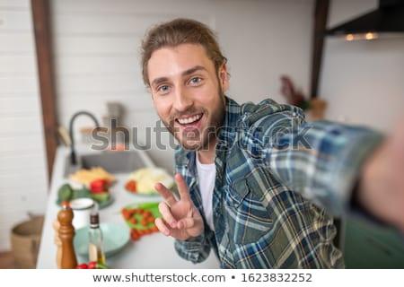 młody · człowiek · kuchnia · fartuch · cięcie · grzyby · żywności - zdjęcia stock © elly_l