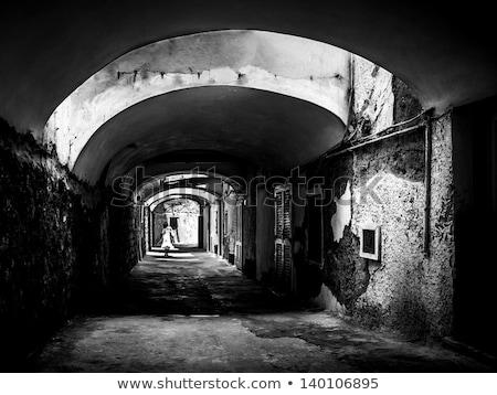 少女 · 徒歩 · 黒白 · 写真 · ダウン · 路地 - ストックフォト © SecretSilent