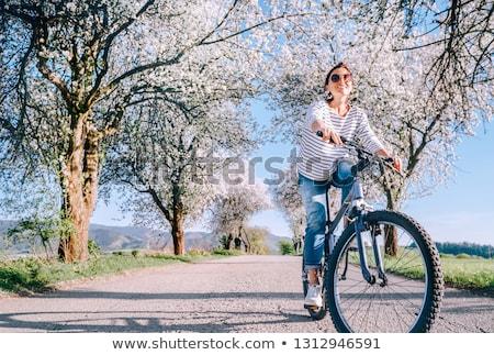 fille · cycliste · jeune · femme · vélo · isolé - photo stock © master1305