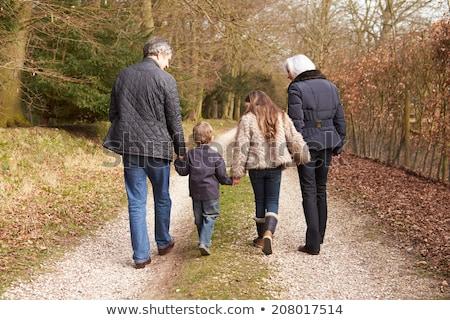 孫娘 · 徒歩 · 祖母 · 代 · 秋 · 公園 - ストックフォト © elenaphoto