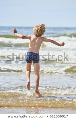 fiú · ugrik · tengerpart · fiatal · srác · felfelé · anya - stock fotó © meinzahn