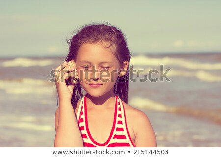 Fille shell oreille herbe permanent Photo stock © IS2