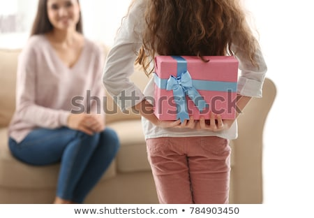 Meisje verbergen geschenk moeder vergadering sofa Stockfoto © AndreyPopov