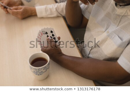 Groep senior mensen speelkaarten mok Stockfoto © wavebreak_media