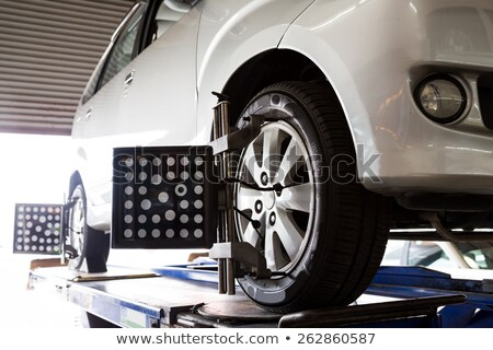 Mécanicien pneu roue réparation garage Ouvrir la Photo stock © wavebreak_media