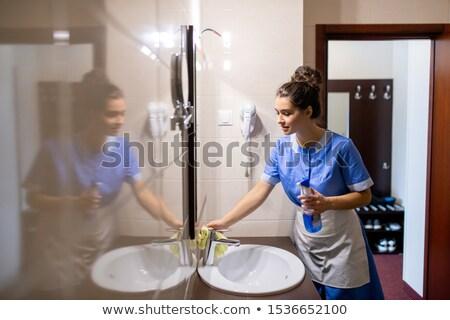 Tijdgenoot jonge meid wasmiddel schoonmaken wastafel Stockfoto © pressmaster