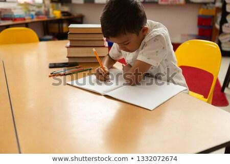 Widok z boku koncentruje uczeń studia tabeli klasie Zdjęcia stock © wavebreak_media