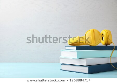 fones · de · ouvido · livro · isolado · branco · livros · aprendizagem - foto stock © naumoid