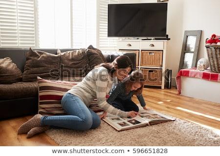 Mutter Tochter schauen Fotoalbum Familie Lächeln Stock foto © photography33