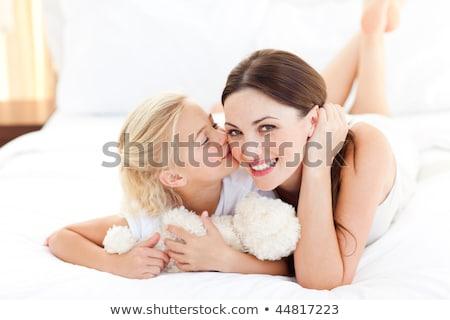Yatakta annesine kayan genç porno