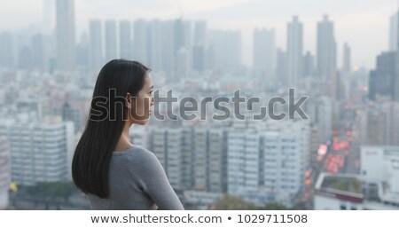 Moderno donna guardando lontano via vista laterale Foto d'archivio © ichiosea