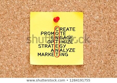 Conteúdo estratégia de marketing palavras cruzadas nota pegajosa amarelo Foto stock © ivelin