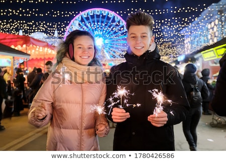 Gelukkig tienermeisje twee pyrotechniek mensen glimlachend Stockfoto © dolgachov