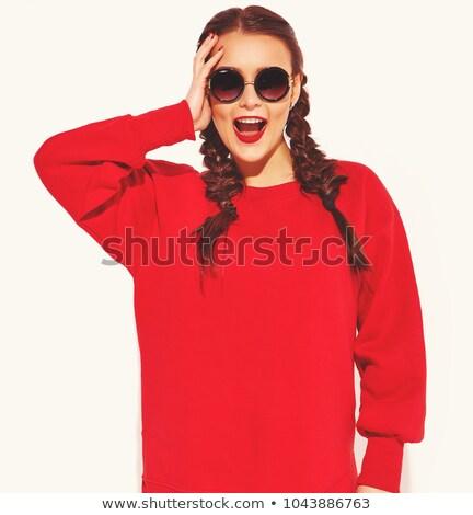 Fiatal barna hajú nő lezser ruházat napszemüveg Stock fotó © deandrobot