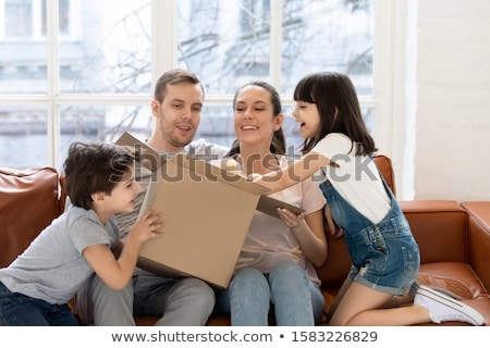 Padres hija apertura cartón cajas salón Foto stock © wavebreak_media