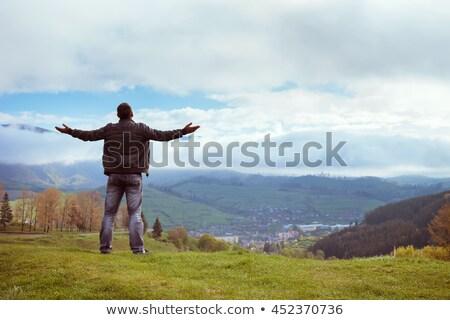 Férfi hegyek fiatalember felső pillanat lélegzetelállító Stock fotó © blanaru
