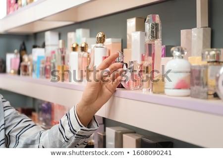 Dziewczyna półki młoda kobieta sprzedawca oferowanie butelki Zdjęcia stock © vectorikart