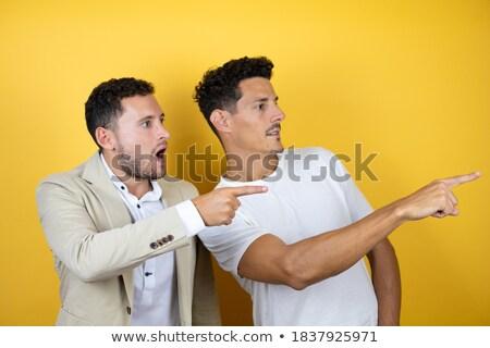 Jonge kaukasisch man wijzend iets interessant Stockfoto © benzoix