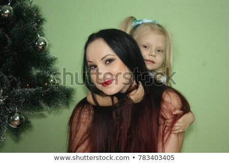 Mamma dochter verbergen achter boom tuin Stockfoto © photography33