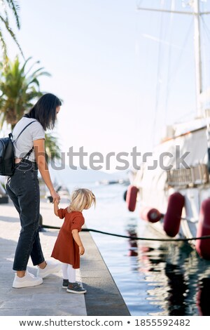 Jóvenes caucásico mujer caminando aire libre marina Foto stock © BrazilPhoto