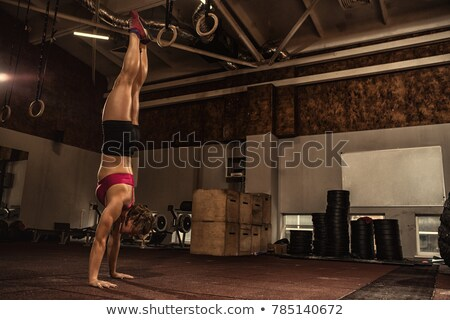 女性 · 逆立ち · 強い · フィット · ヨガ · スタジオ - ストックフォト © sumners
