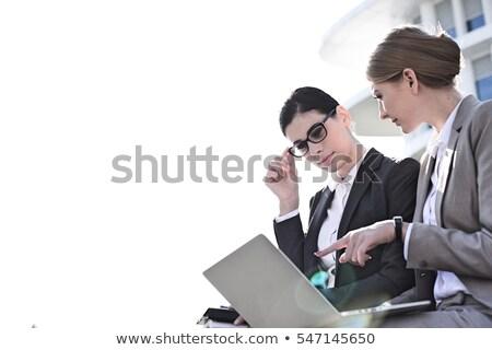 beneden · afbeelding · zakenvrouw · met · behulp · van · laptop · afro · vergadering - stockfoto © deandrobot