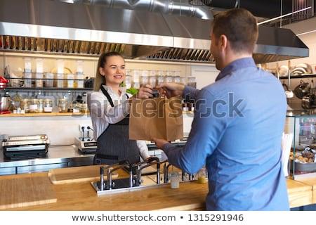 Foto stock: Ulher · em · pé · no · balcão · do · restaurante · sorrindo