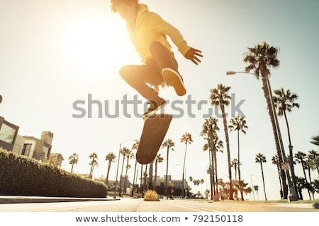 молодые · скейтбордист · скейтборде · стороны · фигурист · зеленый - Сток-фото © 5xinc