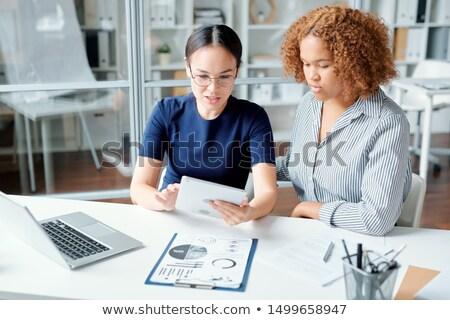 2 小さな レポート 会議 セミナー 女性 ストックフォト © pressmaster
