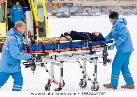 Sanitäter einheitliche schieben bewusstlos Mann Krankenwagen Stock foto © pressmaster