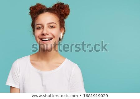 jonge · vrouw · witte · hoofdtelefoon · luisteren · naar · muziek · slaapkamer · vrouw - stockfoto © CandyboxPhoto