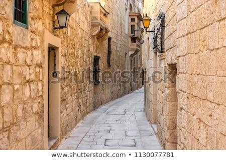Keskeny utca Málta középkori mészkő ház Stock fotó © ElinaManninen