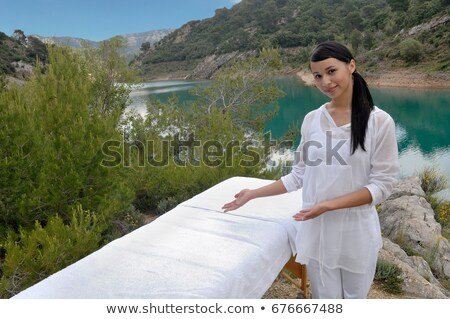 Masseuse massage tabel vrouw werken spa Stockfoto © IS2