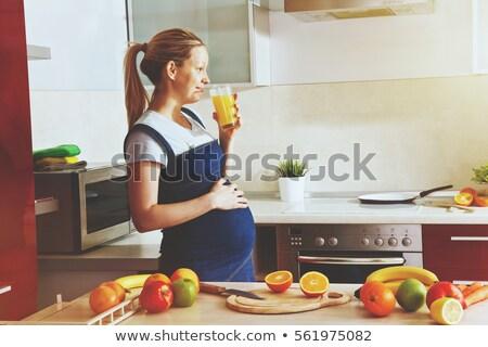 Terhes nő iszik gyümölcs smoothie otthon egészséges étkezés Stock fotó © dolgachov