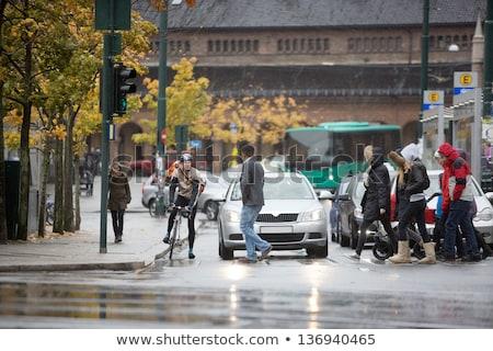 Homme sac à dos marche rue de la ville Voyage tourisme Photo stock © dolgachov