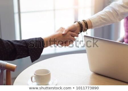 Afbeelding twee kaukasisch meisjes glimlachend handen schudden Stockfoto © deandrobot