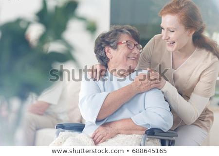 Verzorger senior vrouw verpleeginrichting praten aanraken Stockfoto © Kzenon