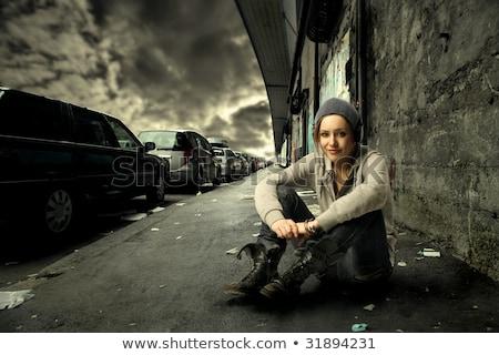 Cool naar meisje vergadering straat gebouw Stockfoto © konradbak