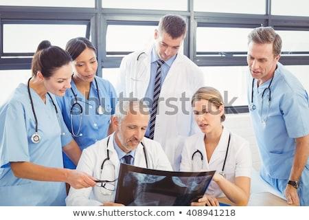 女性 医師 調べる X線 レポート クリニック ストックフォト © wavebreak_media