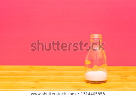 Pół kwarty mleka butelki truskawki szkła drewniany stół Zdjęcia stock © sarahdoow