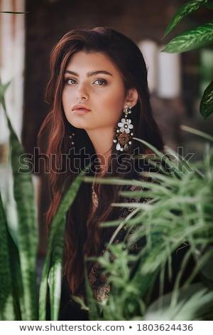 Mooie jonge vrouw groene ogen naar camera Rood Stockfoto © aladin66