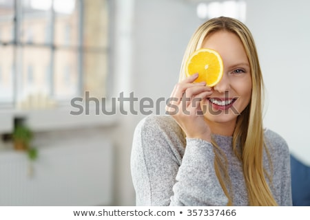 Feliz mulher fatia de laranja olho retrato Foto stock © wavebreak_media