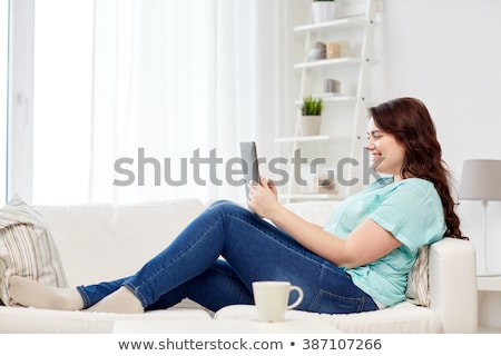 Szczęśliwy młodych plus size kobieta domu Zdjęcia stock © dolgachov