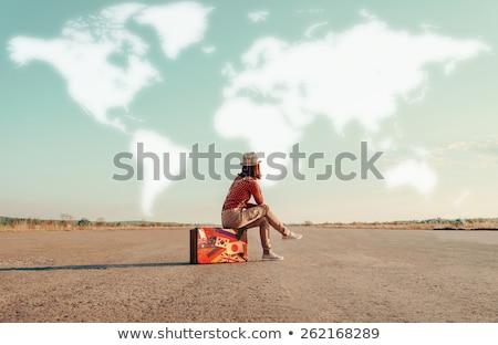 Vrouw vergadering kaart blauwe hemel glimlachend vakantie Stockfoto © IS2