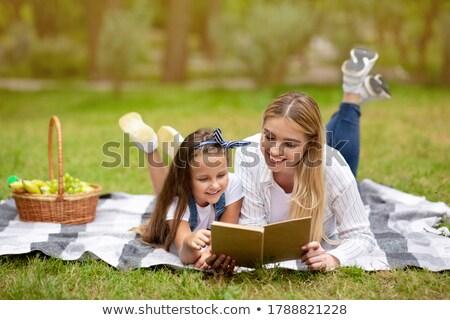 Moeder dochter picknickdeken familie voorjaar baby Stockfoto © konradbak