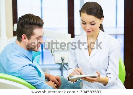 arts · tonen · gehoorapparaat · patiënt · jonge - stockfoto © dolgachov
